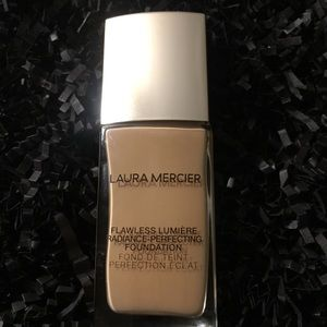 LAURA MECIER Flawless Lumiere Foundation, New